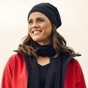 Abbildung von einer Frau mit einem schwarzen Schal als Accessoire.