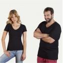 Des t-shirts et des hauts à la mode dans un look de partenaire sont quelque chose de très spécial.