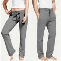 Montrez le pantalon de votre partenaire en regardant vers l'extérieur.