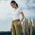 Frau mit einer oliven Jogginghose und weißem T-Shirt
